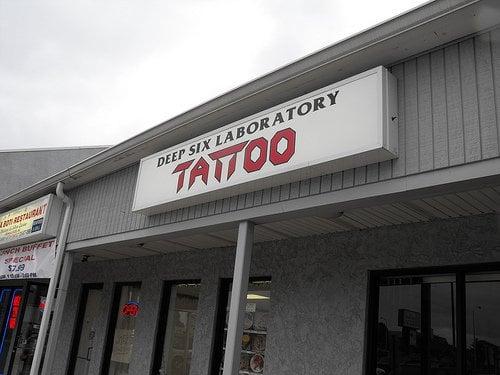 Deep six tattoo tatoeage philadelphia pa verenigde for Philadelphia tattoo shops