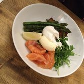 asparagus with poach eggs and salmon