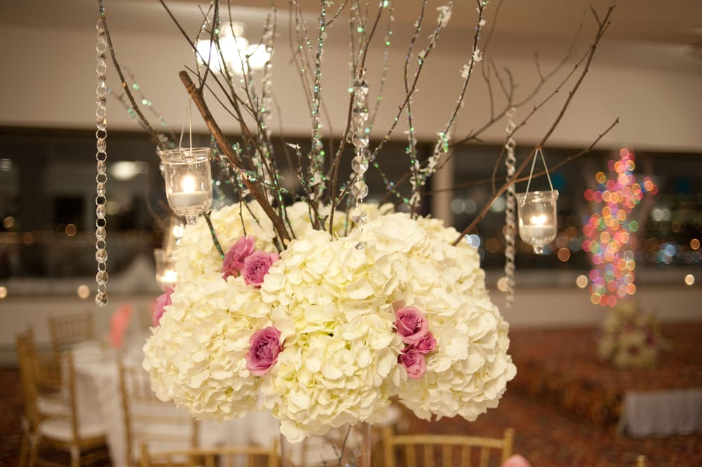 Adorable winter themed centerpieces that perfectly fitted for Winter themed wedding centerpieces